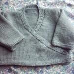 modele tricot bébé cache coeur #13